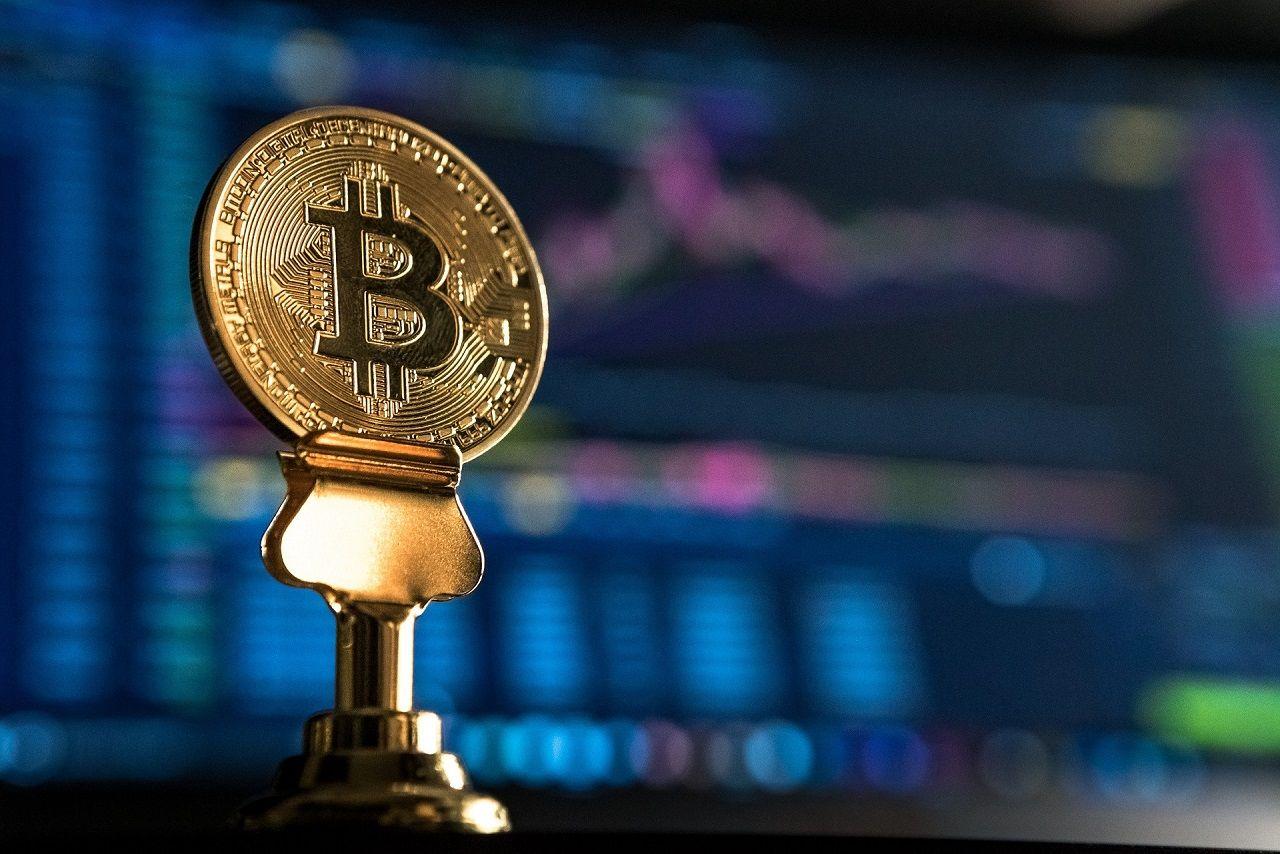 Bitcoin mynt og PC som trader kryptovaluta